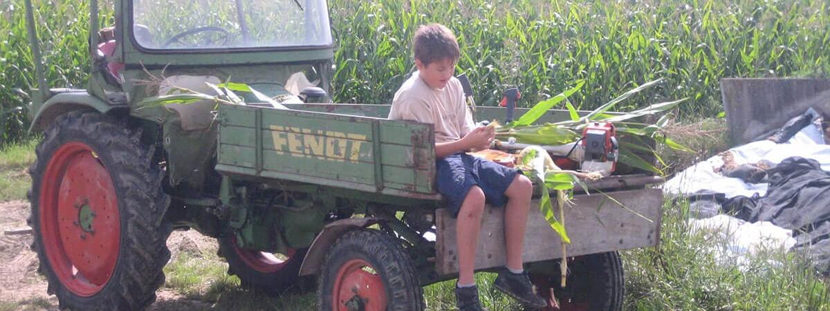 Ferienhof Lohr Junge mit Traktor